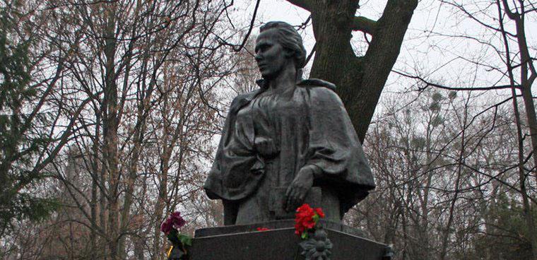 В Україні зареєстрували петицію, щоб забрати совєтський напис з могили Лесі Українки