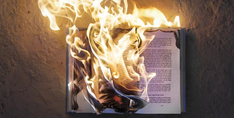 У США звільнили працівника бібліотеки через спалення книжок Трампа та Коултер