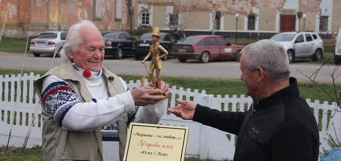 Письменник Олег Чорногуз з нагоди свого ювілею разом із друзями висадили алею яблунь