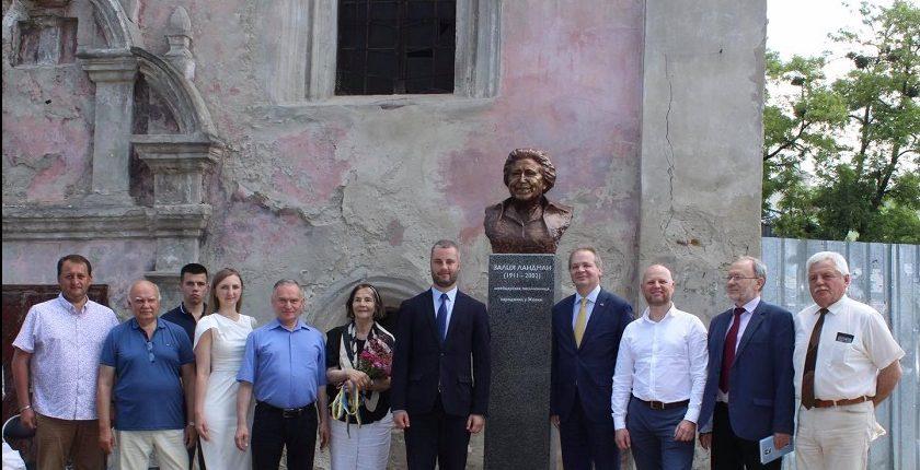 На Львівщині відкрили пам'ятник швейцарській письменниці Залці Ландман