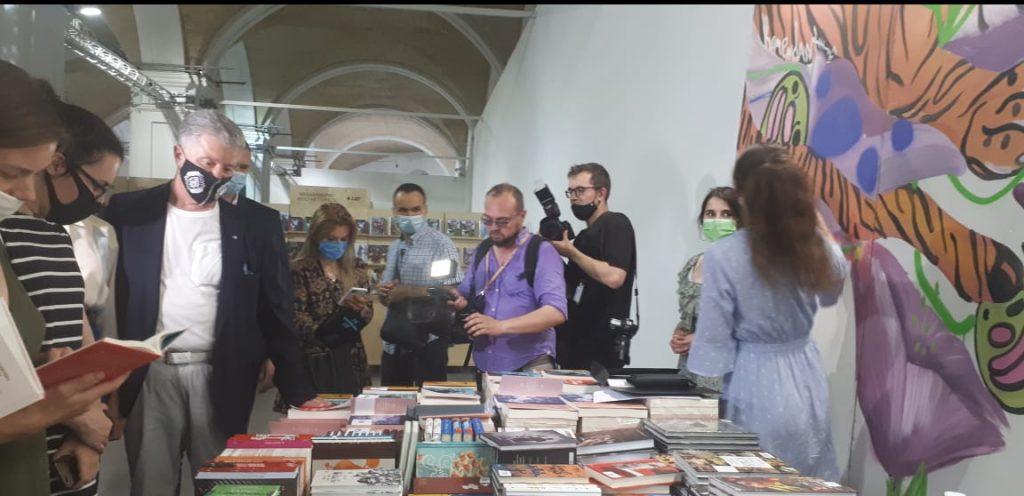 Порошенко на Книжковому Арсеналі купував книжки і дарував воїнам АТО